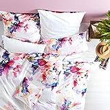 LIVING DREAMS Satin-Wende Bettwäsche Flower Love hautfreundlich 100% Reine Baumwolle ausgefallener Blumendruck Aquarelloptik Beerentöne auf puristischem weiß 155 cm x 220 cm weiß bunt